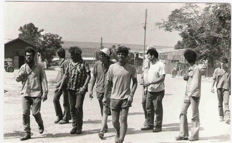 חוזרים מגיוס קש בשבת 1975